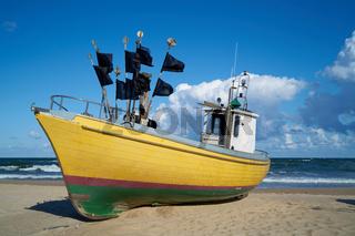 Fischerboot am Strand der Ostsee