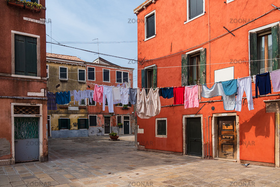 Historische Gebäude und Wäscheleinen in der Altstadt von Venedig in Italien
