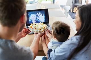 Familie im Videochat mit Großmutter zum Geburtstag