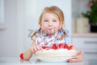 Kind beim Essen einer Erdbeertorte