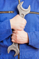 Arbeiter hält Doppelmaulschlüssel