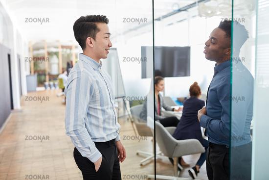 Zwei Business Leute diskutieren miteinander