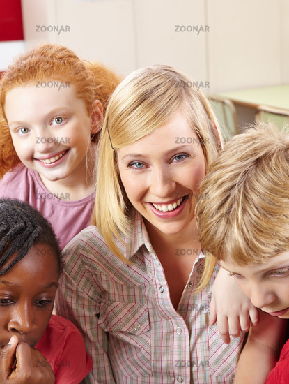 Lehrerin lacht mit Schülern im Unterricht