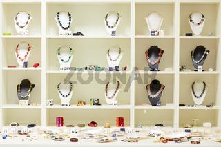 Schaufenster mit Schmuck beim Juwelier