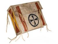 Indianische bemalte Rohhaut Kiste mit Lederschnüren freigestellt auf weiß