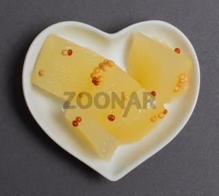 Senfgurken in einer weißen Schale für die Food Fotografie