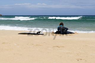 Surfer am Strand des Porto Campana bei Chia, Costa