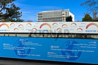 Plakatwände mit dem Motto Gesundheit für alle und anderes Slogans am Sitz der Weltgesundheitsorganisation WHO