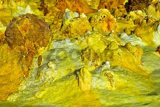 Schwefelgestein in einem hochgesättigten sauren Salzlaugenpool, Dallol, Danakilsenke, Äthiopien