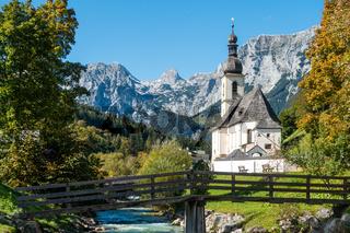 Die malerische Kirche im Ramsau im Herbst, Berchtesgaden, Deutschland