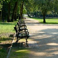 Bänke im öffentlichen Park Zdrojowy in Swinemünde