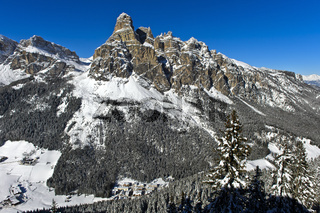 Der Gipfel Sassongher erhebt sich über das verschneite Hochabteital bei Corvara, Dolomiten, Italien