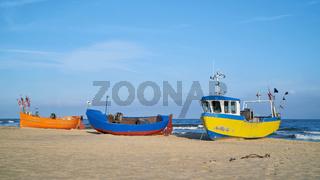 Fischerboote am Strand von Rewal an der Ostseeküste