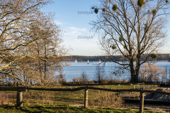 See mit Segelbooten im Winter, lake with sailing boats in winter