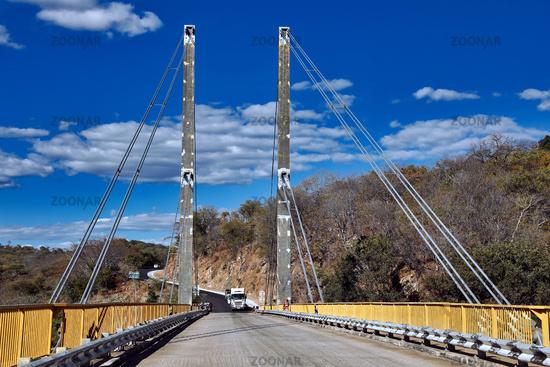 Luangwa Brücke, auf den Straßen von Sambia | Luangwa bridge, on the streets of Zambia