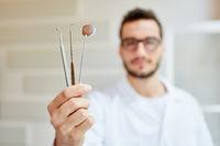 Zahnarzt mit Handinstrumenten