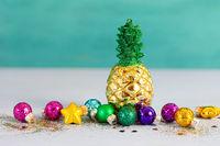 Bunte Christbaumkugeln zu Weihnachten