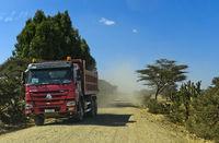 Lastwagen auf einer staubigen Landstrasse im Hochland von Abessinien, Tigray, Äthiopien
