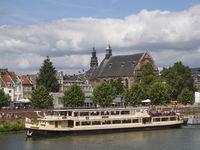 Ausflugsboot auf der Maas und Augustinerkirche - Maastricht