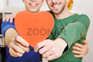 Schwule Männer halten rotes Herz