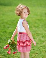 Mädchen mit Tulpen im Garten