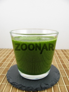 Frischer Gerstengras Drink in einem Glas