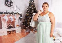 Elegante, kurvige Frau mit Einkaufstüten