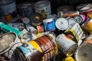 Abfall von Farben und Lacken im Wertstoffhof