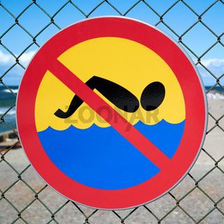Verbotsschild an der baufälligen Seebrücke bei Niechorze