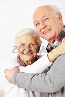 Glückliche Senioren tanzen zusammen