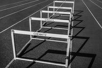 Sportanlage in Chemnitz - Huerden auf der Laufbahn