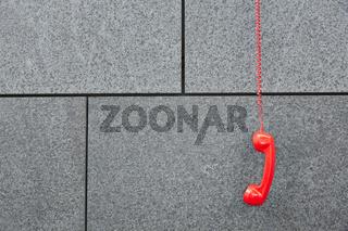 Rotes Notruf Telefon hängt an Wand