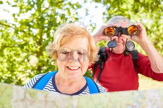 Senioren als Ornithologen auf einer Wanderung