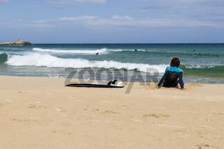 Surfer am Strand, Porto Campana bei Chia