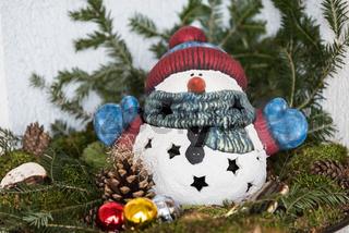 Schneemann bunt bemalt als weihnachtliche Aussendekoration