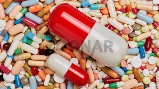 Verschieden große Pillen und Kapseln auf Medikamenten