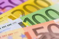 Viele Euro Banknoten auf einem Haufen