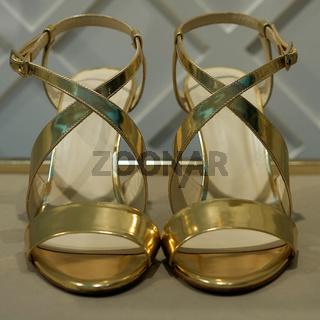 goldene Schuhe für Frauen auf einem Flohmarkt