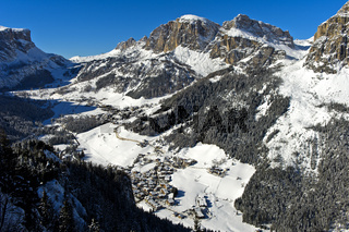Talblick im Winter über die Orte Corvara und Kolfuschg, Alta Badia, Dolomiten, Südtirol, Italien