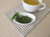 Eine Tasse Tee mit getrockneter Weg-Rauke