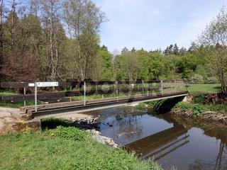 Fussgängerbrücke über den Ahbach nahe dem Dreimühlen-Wasserfall