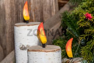 Kerzen aus Birke als weihnachtliche Dekoration