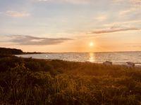 Standkörbe an der deutschen Ostseeküste im Sonnenuntergang