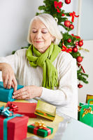 Alte Frau verpackt Geschenk