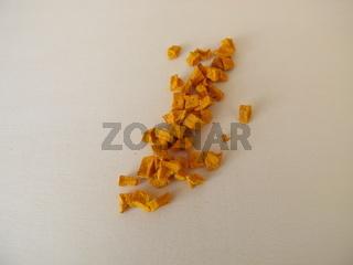 Getrocknete Kurkuma, Gelbwurz Wurzel auf einem Holzbrett