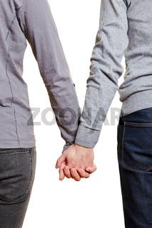 Schwules Paar geht Hand in Hand