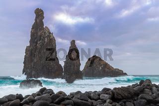 Stuermischer Morgen an den Felsen von Ribeira da Janela, Madeira, Portugal