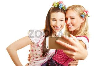 Zwei Frauen machen Selfie mit Smartphone