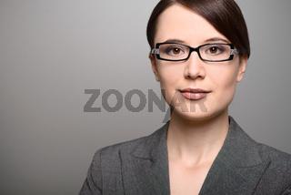 Geschäftsfrau mit einem aufmerksamen Ausdruck