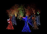 Drei Engel als Weihnachtsbeleuchtung im Freien